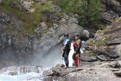 Dwa kayaker mężczyzna na brzeg rzeki Fotografia Stock