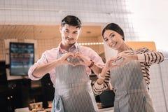 Dwa kelnera jest ubranym pasiastych fartuchy stoi blisko wejścia restauracja obraz royalty free