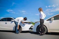 Dwa kierowcy dyskutuje po wypadku samochodowego obrazy royalty free
