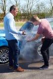 Dwa kierowcy Dyskutuje Po wypadku ulicznego Zdjęcie Stock