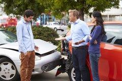 Dwa kierowcy Dyskutuje Po wypadku ulicznego zdjęcie royalty free