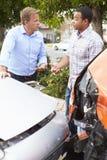 Dwa kierowcy Sprawdza szkodę Po wypadku ulicznego fotografia royalty free