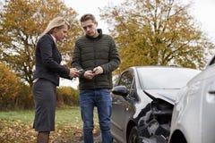 Dwa kierowcy Wymienia ubezpieczenie szczegóły Po wypadku samochodowego obrazy royalty free
