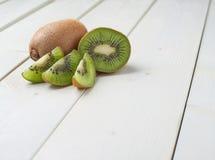 Dwa kiwifruits pokrojony skład Zdjęcia Royalty Free