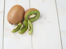 Dwa kiwifruits pokrojony skład Zdjęcie Royalty Free