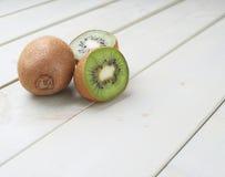 Dwa kiwifruits pokrojony skład Fotografia Royalty Free