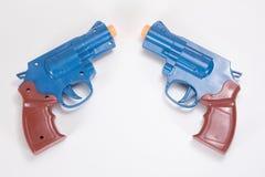 Dwa klingerytu zabawkarskiego pistolecika z biel kopii przestrzenią obrazy royalty free