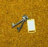 Dwa klucza i żółtej etykietka Fotografia Royalty Free