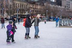 Dwa kobiet łyżwiarstwo przy jawnym jazda na łyżwach lodowiskiem outdoors Obrazy Stock