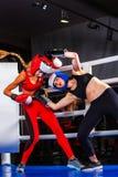 Dwa kobiet bokserski trening w sprawności fizycznej klasy pierścionku Zdjęcie Stock