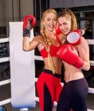 Dwa kobiet bokserski trening w sprawności fizycznej klasie Zdjęcia Royalty Free