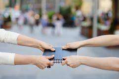 Dwa kobiet ciągnień notatnik w kierunku each inny Obrazy Stock