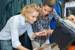 Dwa kobiet inżynier używa toolbox Obraz Stock