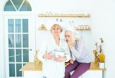 Dwa kobiet kucbarska kulinarna smakowita polewka na domowej kuchni fotografia stock