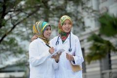 Dwa kobiet lekarka Z szalikiem, Plenerowym Obraz Royalty Free