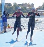 Dwa kobiet pływaczka wspinaczkowa up od wody Zdjęcie Royalty Free