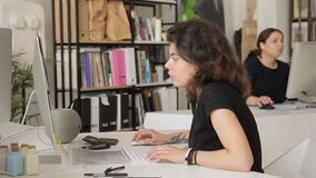 Dwa kobiet praca w biurze obok komputerów indoors zdjęcie wideo