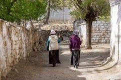 Dwa kobiet tibetan okrąg wokoło starej stupy obrazy royalty free