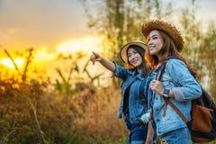 Dwa kobiet turysta z plecakiem w wsi zdjęcia royalty free