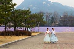 Dwa kobiet turystyczny jest ubranym Koreański tradycyjny kostium, hanbok, bierze spacer wewnątrz obraz royalty free