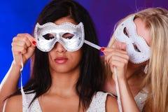 Dwa kobiet twarz z karnawałowymi venetian maskami Zdjęcia Royalty Free