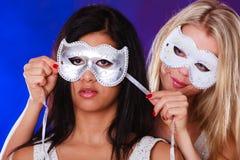 Dwa kobiet twarz z karnawałowymi venetian maskami Fotografia Royalty Free