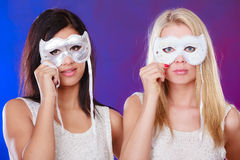 Dwa kobiet twarz z karnawałowymi venetian maskami Zdjęcia Stock