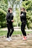 Dwa kobieta ćwiczy w parku obrazy stock
