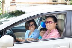 Dwa kobieta i dzieci jedzie samochód z szczęśliwą twarzą Obrazy Stock