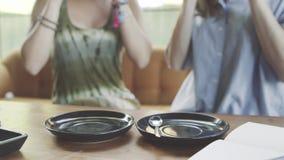 Dwa kobieta pije matcha kawę w kawiarni i latte zbiory