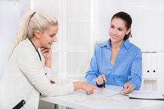Dwa kobieta przy biurkiem - pieniężny biznesowy spotkanie. obrazy stock