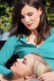 Dwa kobieta przy parkiem Zdjęcia Stock