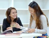 Dwa kobieta przyjaciół śmiać się Zdjęcia Royalty Free
