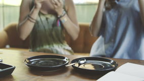 Dwa kobieta przyjaciela pije kawę i matcha w kawiarni zdjęcie wideo