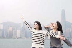 Dwa kobieta uwalnia gesty Zdjęcie Stock
