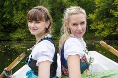 Dwa kobieta w wioślarskiej łodzi Zdjęcia Stock