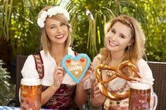 Dwa kobieta z dirndl i piwem Obraz Royalty Free