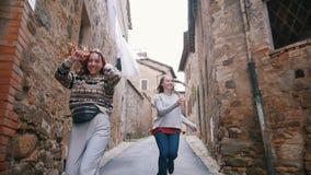 Dwa kobiety biegają wzdłuż pas ruchu za each inny zdjęcie wideo