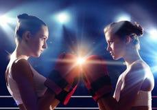 Dwa kobiety boksuje w pierścionku Zdjęcie Royalty Free
