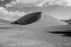 Dwa kobiety Chodzi w górę diuny 45, pustynia krajobraz, Namibia Zdjęcie Royalty Free