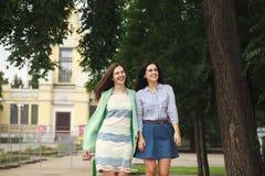 Dwa kobiety chodzi w lato parku zdjęcia royalty free