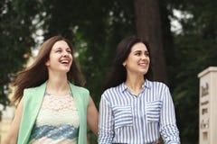 Dwa kobiety chodzi w lato parku obrazy royalty free