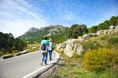 Dwa kobiety chodzi wzdłuż małej drogi, Naturalny park sierra de Grazalema, Cadiz prowincja, Hiszpania fotografia royalty free