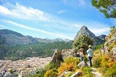 Dwa kobiety chodzi wzdłuż sierra de Grazalema Naturalny park, Cadiz prowincja, Hiszpania obraz stock