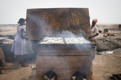 Dwa kobiety dymi ryba w Jamestown, Accra, Ghana fotografia royalty free