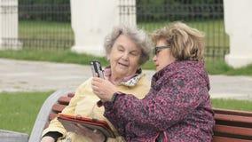 Dwa kobiety dyskutują o domowych problemach outdoors zdjęcie wideo