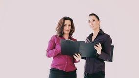 Dwa kobiety dyskutują papier w biurze zdjęcie wideo