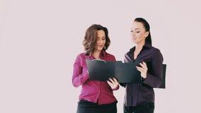 Dwa kobiety dyskutują papier w biurze zbiory