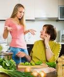 Dwa kobiety dzieli złą wiadomość Fotografia Stock