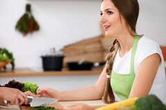 Dwa kobiety gotują w kuchni Przyjaciele ma przyjemności rozmowę podczas gdy przygotowywający sałatki i kosztujący Przyjaciela sze Zdjęcie Royalty Free